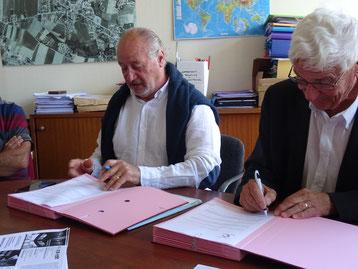 M de Ponsay et M Le Formal en séance de signature