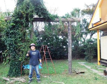 ユキハウス庭に新しく建てたグリーンカーテン(なる筈)  ピースしているのは農業インターン生の小林君