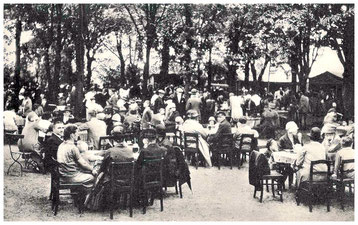 Riemers Gasthof - auch der Gästegarten war beliebter Veranstalungsort und Treffpunkt. Aufnahme um 1930.
