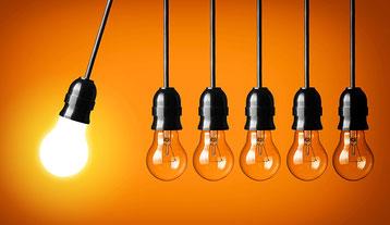 sechs glühbirnen, von denen eine leuchtet