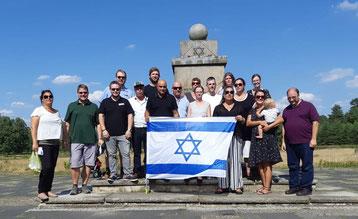 Die deutschen und israelischen Teilnehmer des Austauschs beim Besuch der Gedenkstätte des Konzentrationslagers Bergen-Belsen: Vor dem jüdischen Mahnmal haben sie gemeinsam eine Gedenkzeremonie abgehalten.