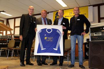 v.l.n.r. Reiner Steilen (1. Vorsitzende des SV Laufeld), Siegfried Schorn, Winfried Burch (1. Vorsitzender des SV Wallscheid) und Friedhelm Schouren (1. Kassierer des SV Niederöfflingen)