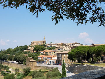 Malerisches Bergdorf Montalcino im Brunello-Weingebiet