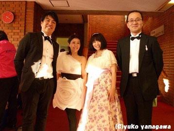 左から、共演者の片倉広義さん、岩間朱美さん、(柳川)、高橋明治さん