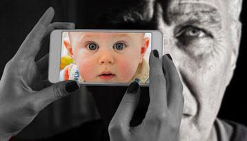 Bild auf Smartphone und schwarz/weiß Foto
