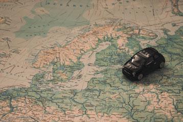 Auto auf Landkarte Europas