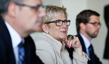 Die Genugtuung über die positiven Finanzen steht Regierungsrätin Beatrice Simon ins Gesicht geschrieben.