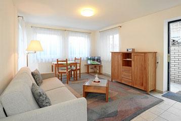 Wohnzimmer der 2-Zimmer-Wohnung mit Schlafsofa