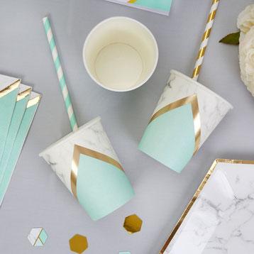 decoration-table-anniversaire-adulte-original-gobelets-marbre-vert-menthe-dores