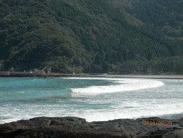 波当津海水浴場でサーフィンを楽しむ方々。