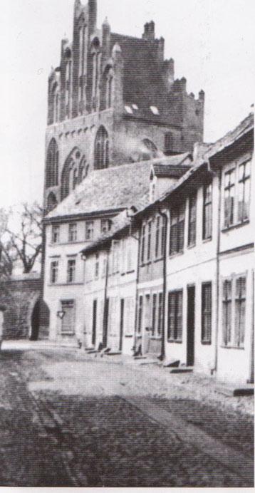 Blick aus der kleinen Fischerstraße auf das Treptower Tor in Neubrandenburg