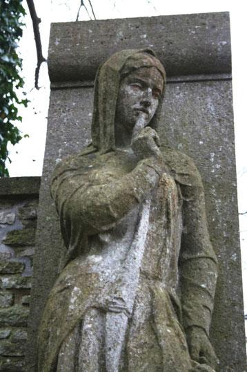 Die Figur der Trauernden wurde vom Bildhauer Professor Wilhelm Gerstel geschaffen.