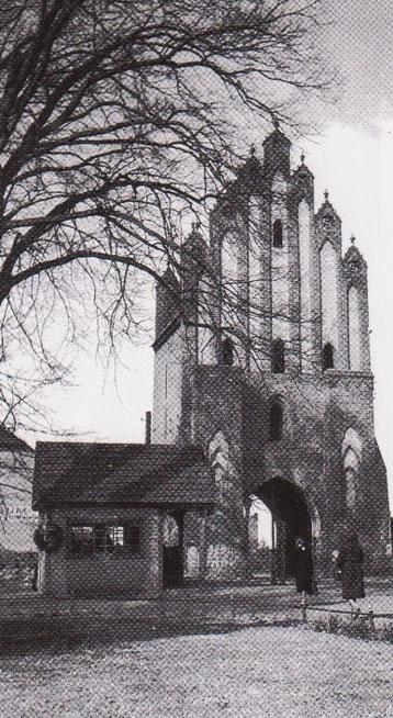 Der kleine Blumenladen vor dem Neuen Tor musste 1949 für einen Mauerdurchbruch drei Meter zurückversetzt werden.