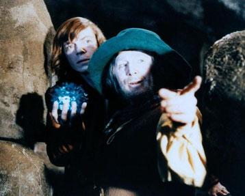 Zwei Männer mit blauer Glaskugel, die einer hält.