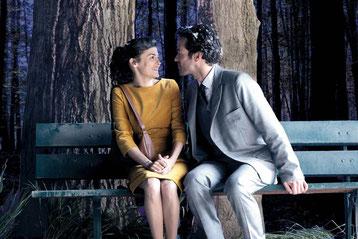 Audrey Tautou et Romain Duris: les amoureux qui se bécotent sur les bancs publics ont des p'tites gueules bien sympathiques (©StudioCanal)