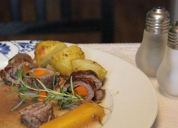 Ein Teller mit Rindsrouladen und Gemüse
