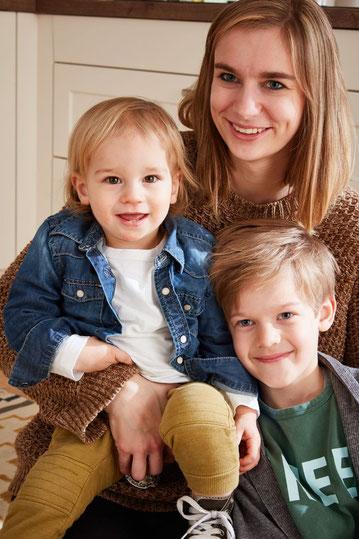 Frau, Elisa Velte, mit zwei Kindern