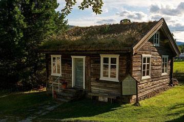 Alte Berghütte mit Gründach in Norwegen - Blockhaus - Holzhaus in Blockbauweise
