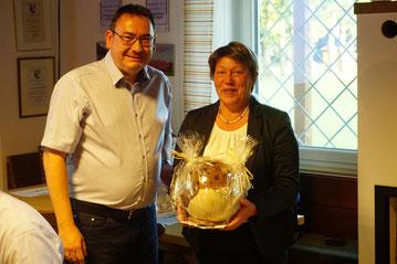Unser 1. Vorstand Roland Müller (links im Bild) bedankte sich im Namen des Vereins bei Anneliese Ovzarek für ihre langjährige Leitung bei der Damengymnastik - vielen Dank und alles Gute