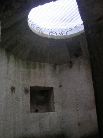 Blick in das Innere eines Tobrukstandes..Beklemmung pur.