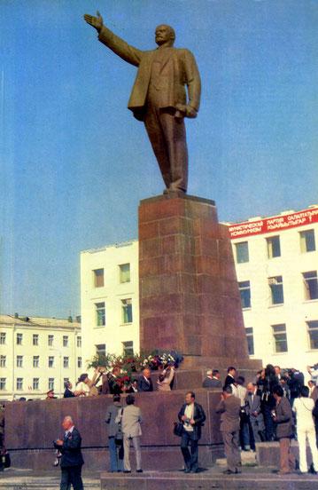 Памятник В.И. Ленину на площади Ленина в Якутске