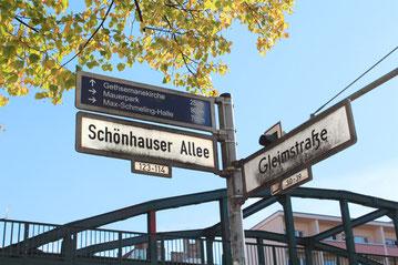 Schönhauser Allee Ecke Gleimstrasse: Wegweiser zum nahen Mauerpark, Max-Schmeling-Halle und Gethsemane-Kirche. Foto: Helga Karl
