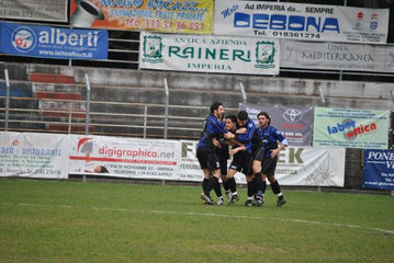37': Cuneo festeggiato dopo il gol del pareggio