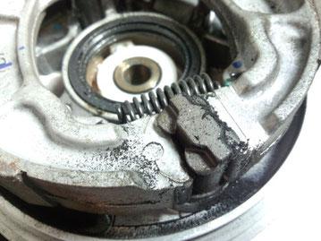 こんな鉄粉の部分にクリーナーを噴射して掃除しました。