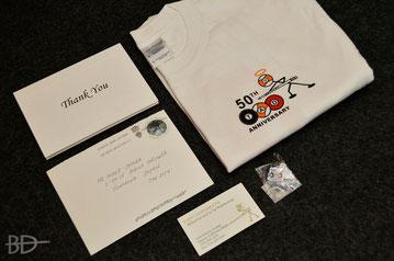 大原氏にTAD CUEから送られた50周年記念カードとTシャツ。ビジネスカードの裏には直筆メッセージが