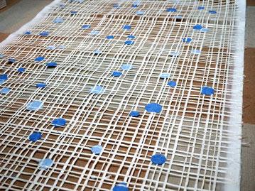 格子柄と水玉模様を組み合わせた手漉きの大判和紙
