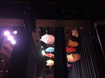 舞台袖より。いろんな傘がゆ〜らゆら