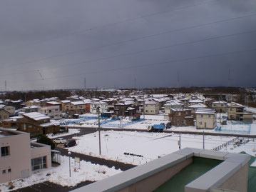 街中を覆い尽くす雪雲。お天道様としばしのお別れ