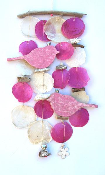 Windspiel in pink-weiß mit zwei rosa Vögeln aus Holz.