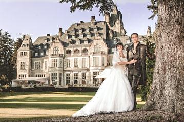 Hochzeitspaar-vor-Schlosshotel-Kronberg