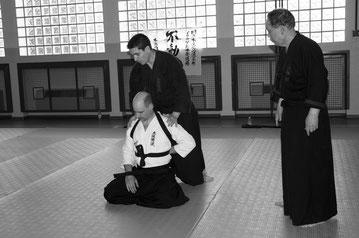 Il M° Toso pratica una tecnica di Primo soccorso sotto lo sguardo di Soke Yasumoto