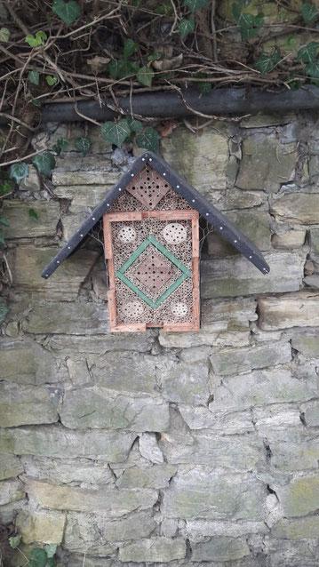 Kleines Insektenhotel in der Innenstadt von Osnabrück an einer alten Mauer