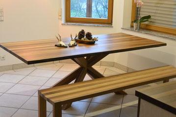 Tisch mit Bank, Tisch in Nussbaum massiv,