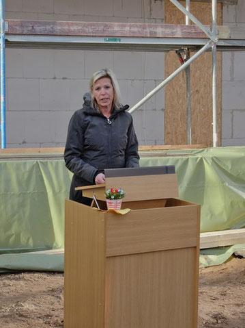 Die Oberbürgermeisterin Frau Roeder hielt am historischen Rednerpult die Eröffnungsrede.