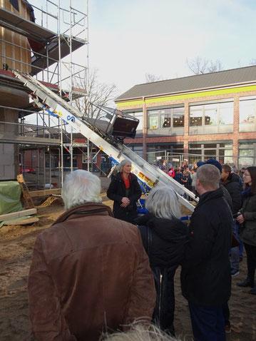 Frau Semmler, die den Bau für die Stadt koordiniert, bittet die Gäste sich das Gebäude auch von innen anzuschauen.