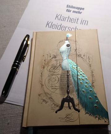 Stilmappe und Notizbuch für mehr Klarheit im Kleiderschrank  © GriseldaK 2018