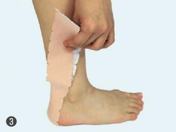 3.2枚目も同じく足裏のかかとからアキレス腱を通し外側のフクラハギに向かってテープを引っ張らずに、真っすぐ貼ります。