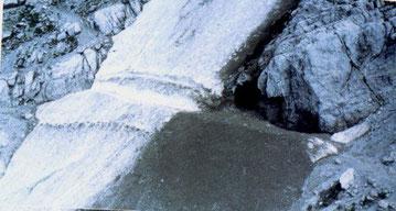 Il punto in cui è avvenuta la sciagura fotografato prima della tragedia. E' visibile la traccia scavata per il passaggio degli escursionisti, poi sommersa dalla valanga.