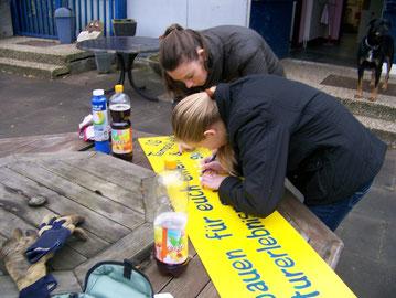 Jana und Pia ändern das Schild