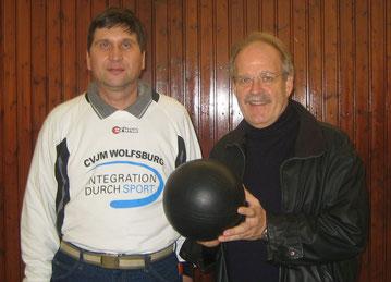 """Jürgen Berkle mit dem """"Willeball"""" (rechts) und Manfred Wille"""