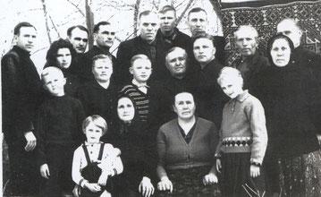 Robert Fischer (mittlere Reihe Fünfter von links) bei seiner Ausreise mit Verwandten und Nachbarn