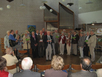Teilnehmerinnen und Teilnehmer singen schwungvoll während des Gottesdienstes in der deutschsprachigen evangelischen Kirchengemeinde in Brüssel