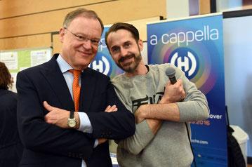 Ministerpräsident Stephan Weil (links) mit dem deutschen Rapper Spax (Bildrechte bei der Niedersächsischen Staatskanzlei, Fotograf Jasper Ehrich)