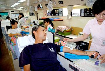 石垣市で行われている移動献血。今年から業者の格付けの評価基準に「協力」が盛り込まれる(資料写真)