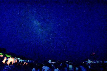 ▲午後8時30分にライトダウンすると数々の星と共に天の川が現れた=12日夜、南ぬ浜町緑地公園から撮影