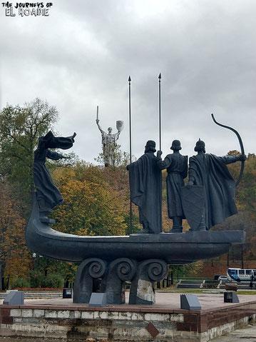 Die Stadtgründer Kiews mit der Mutter-Heimat-Statur
